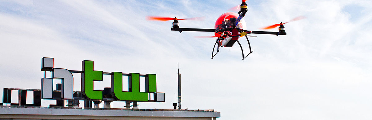 Drohne vor HTW-Logo © HTW Berlin/Friederike Coenen