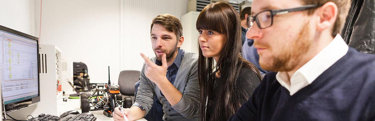 Studierende der Informations- und Kommunikationstechnik am Computer